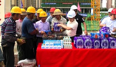 2021年夏日送清凉爱游戏官方注册集团副总裁侯伟先生一行慰问集团在建项目工地全体员工